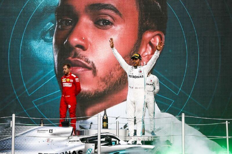 """Vettel: """"Mi piace il podio con la monoposto, ma il trofeo è una mer*a"""""""