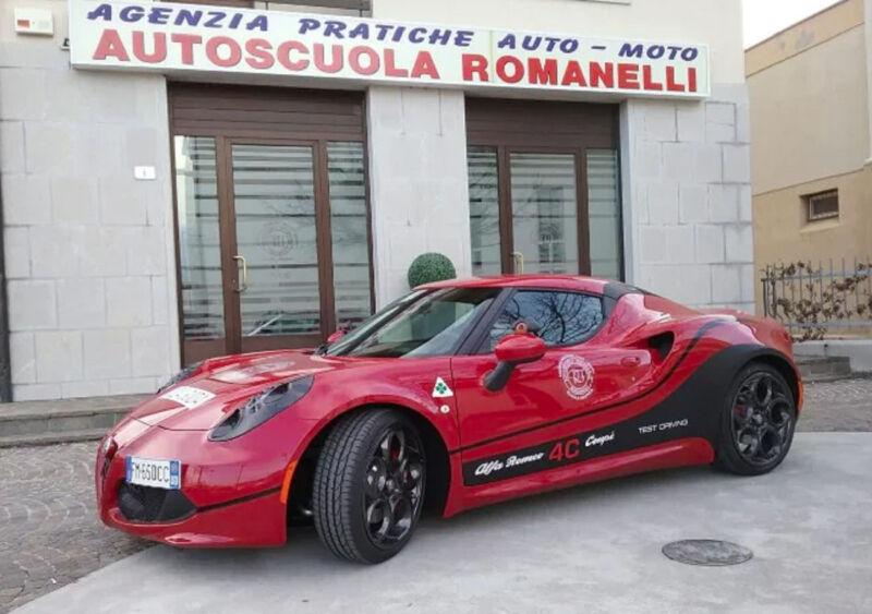 L'autoscuola compra un'Alfa Romeo 4C per insegnare i ragazzi a guidare